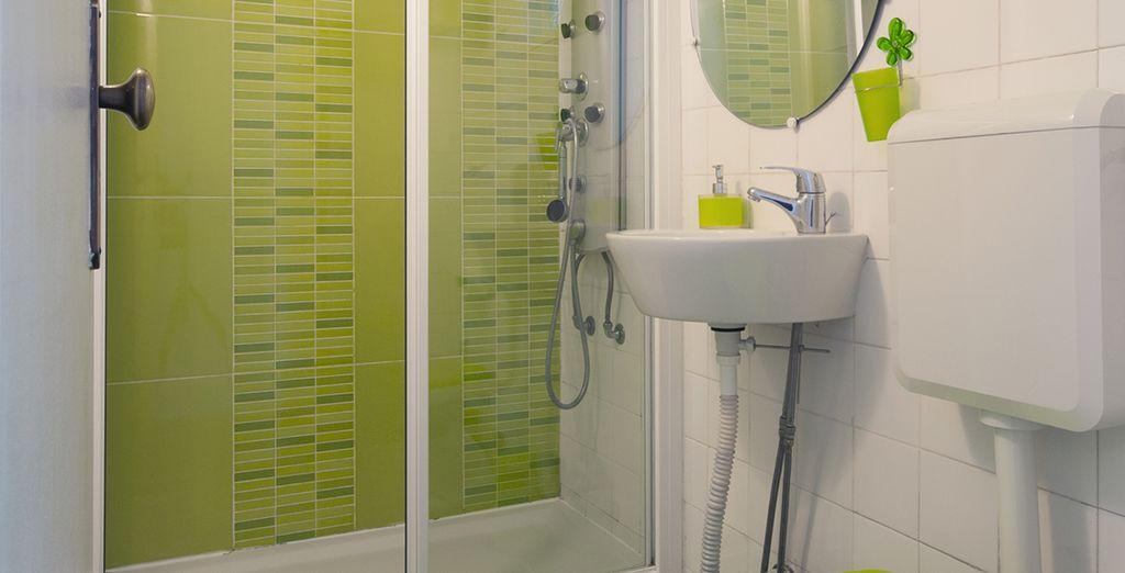 Une salle de bains design et colorée!