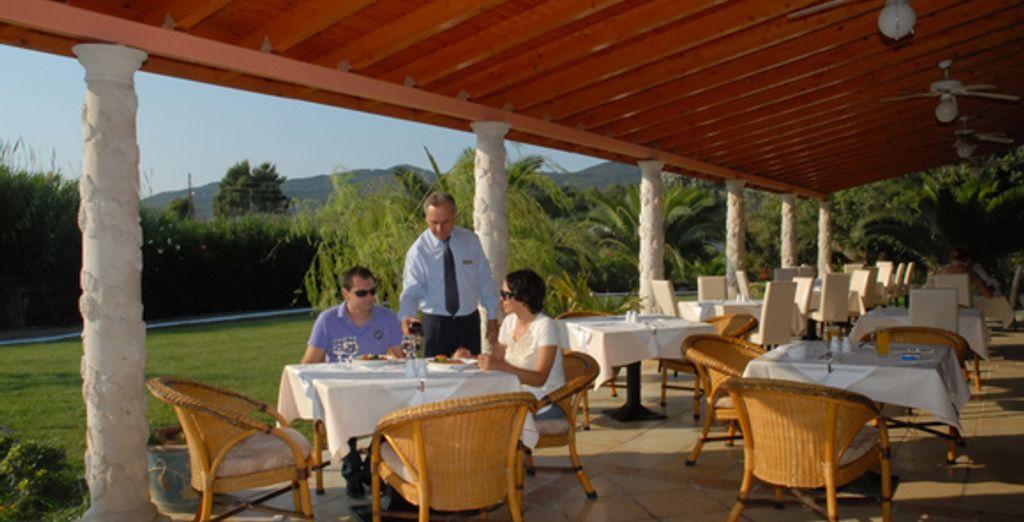 La terrasse d'un des restaurants de l'hôtel