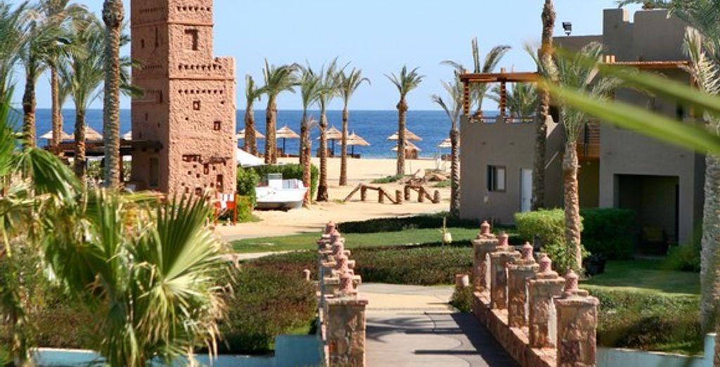 Les jardins de l'hôtel menant à la plage