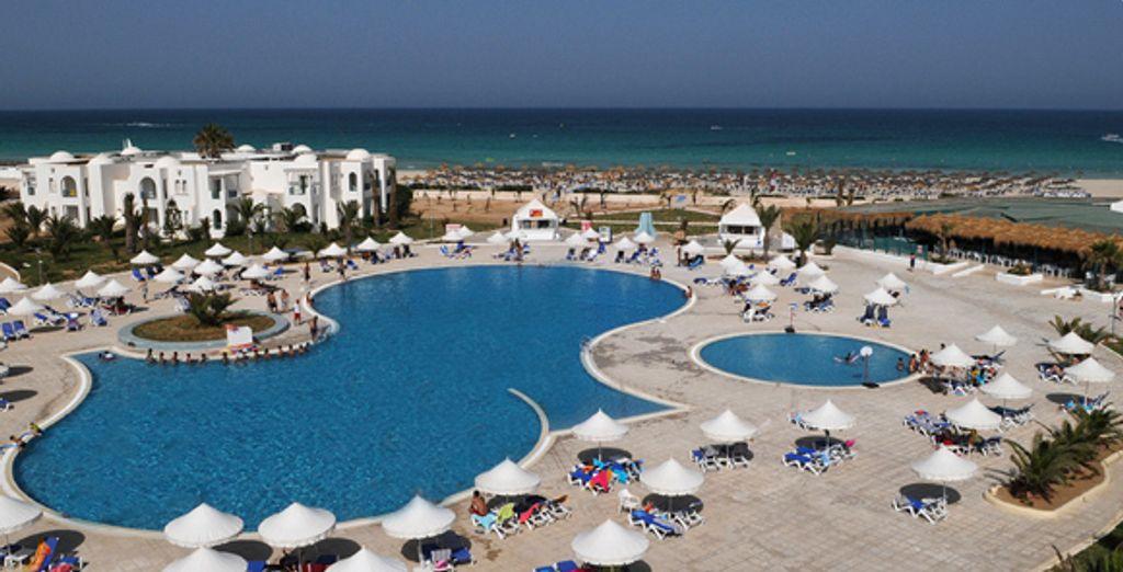 La piscine et la vue sur la mer Méditerranée - Hôtel Vincci Helios Beach **** Djerba