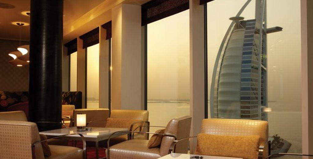 Le salon avec vue sur le célèbre Burj Al Arab
