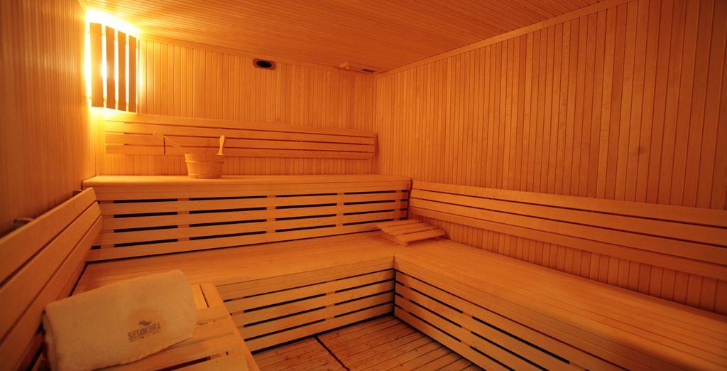En profitant du sauna
