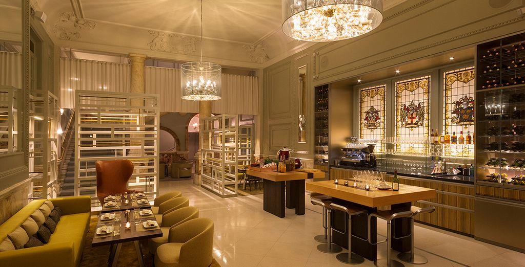 Et dégustez un verre de vin dans l'ambiance cosy du Catch Bar & Lounge