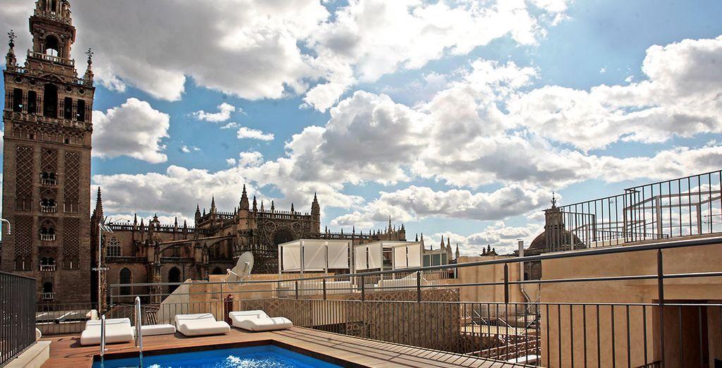 Installez-vous près de la Giralda, visible depuis le toit de l'hôtel - Hôtel EME Catedral 5* Seville
