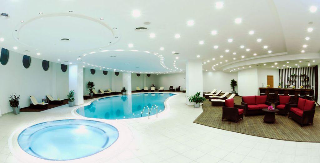 Profitez des infrastructures du complexe, entre piscine intérieure...