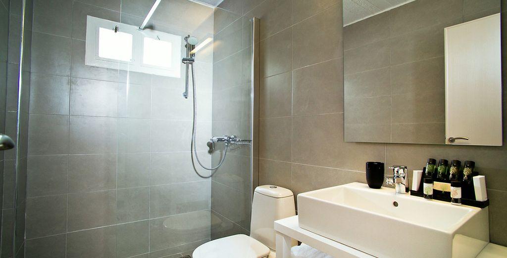 Avec sa salle de bains moderne...