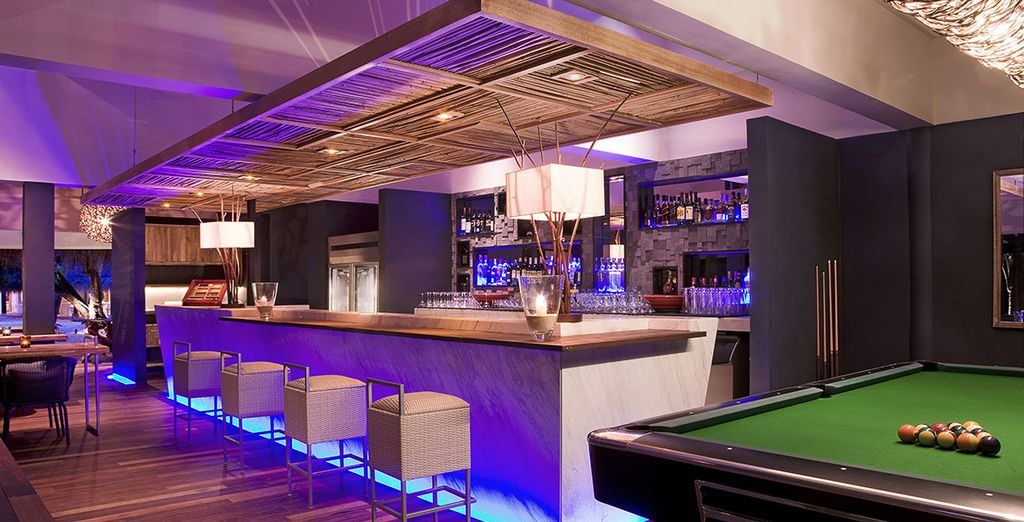 Sirotez un cocktail au bar Reef...