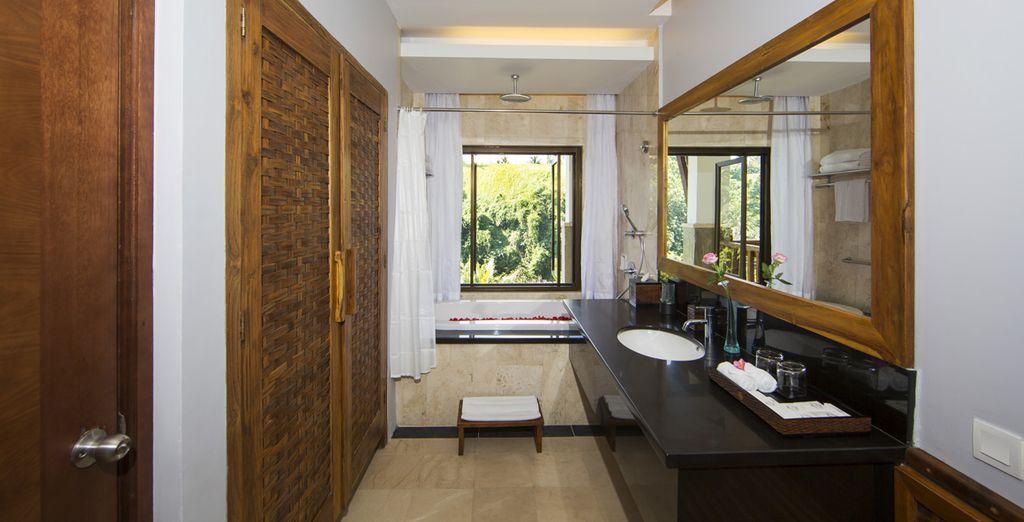 Sa belle salle de bains, spacieuse et équipée...