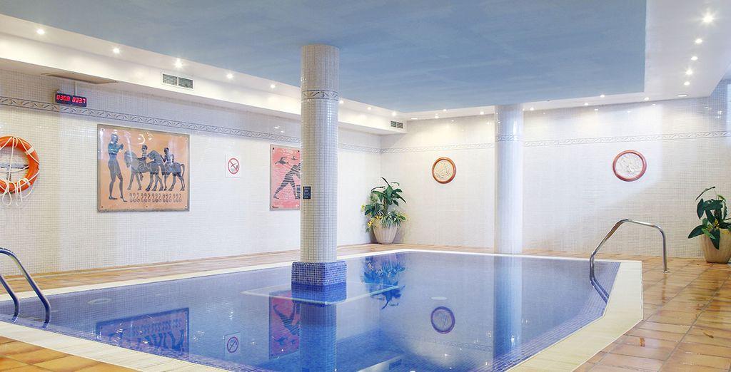 Et nagez dans la piscine intérieure