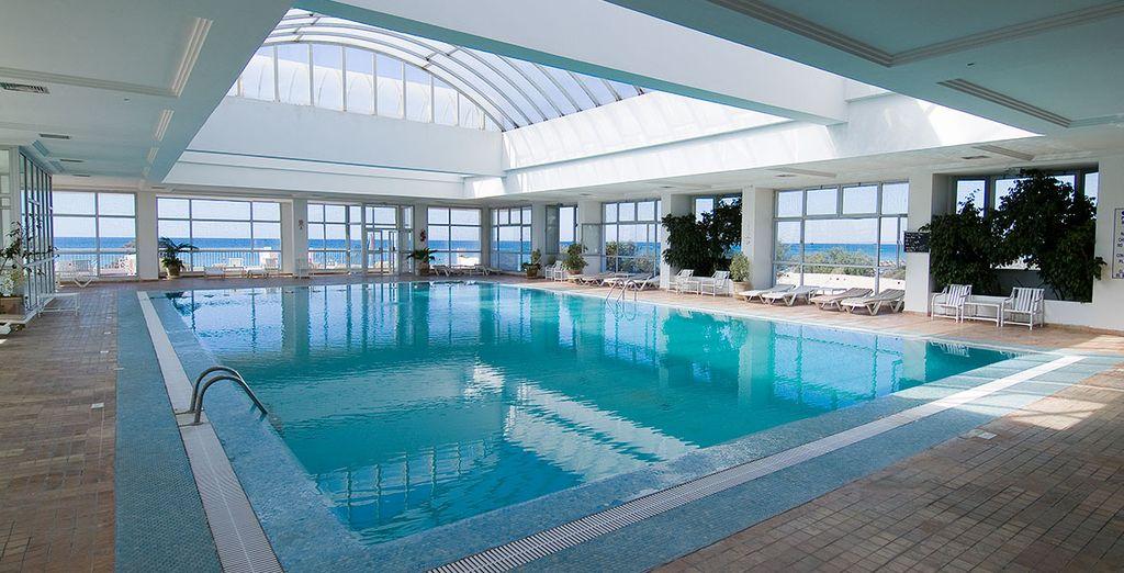 Faites quelques brasses dans la piscine couverte de l'hôtel