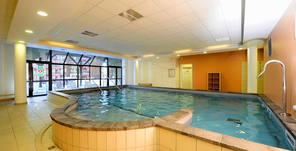 Profitez de la piscine intérieure chauffée après une journée de ski