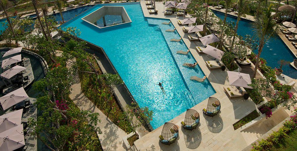 Relaxez-vous au bord de la piscine...