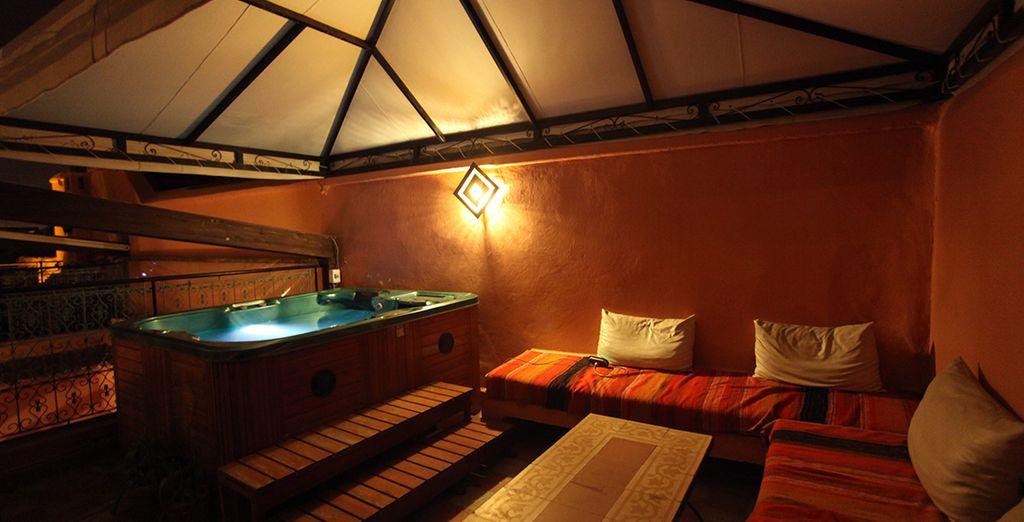 Barbotez dans le bain à remous sur le toit-terrasse