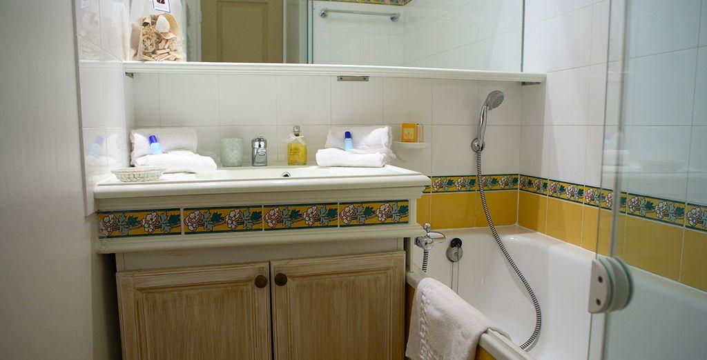 Avec une salle de bains agréable
