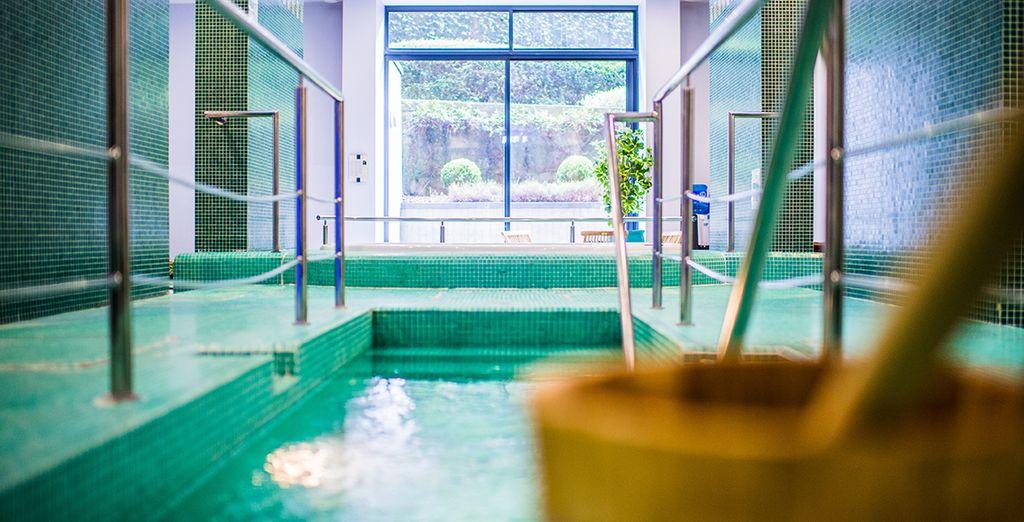 Offrez-vous une pause relaxante dans le bain à remous...