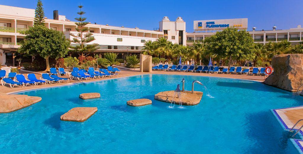 Plongez dans sa magnifique piscine extérieure & détendez-vous...