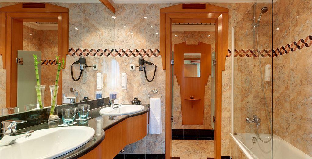 Vous apprécierez d'ailleurs, l'élégance classique de sa salle de bain...
