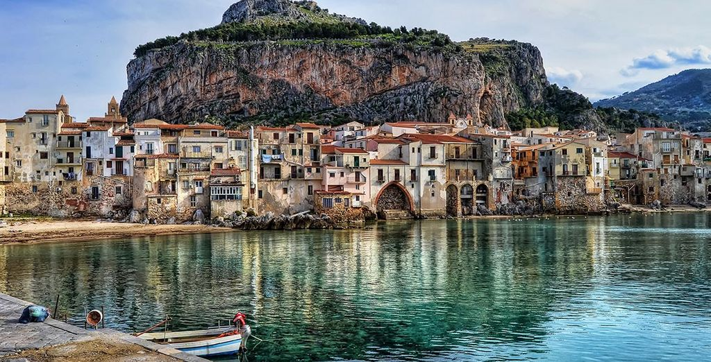 Photographie d'une ville médiévale pittoresque, Cefalù en Sicile