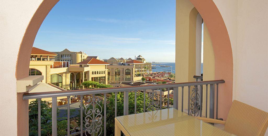 Dotée d'un balcon ou d'une terrasse avec vue sur la mer