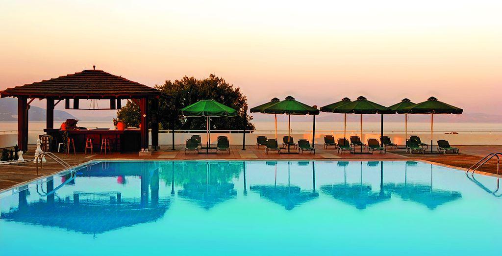 Offrant une magnifique vue sur la baie de Dassia... - Hôtel Dassia Chandris 4* Corfou