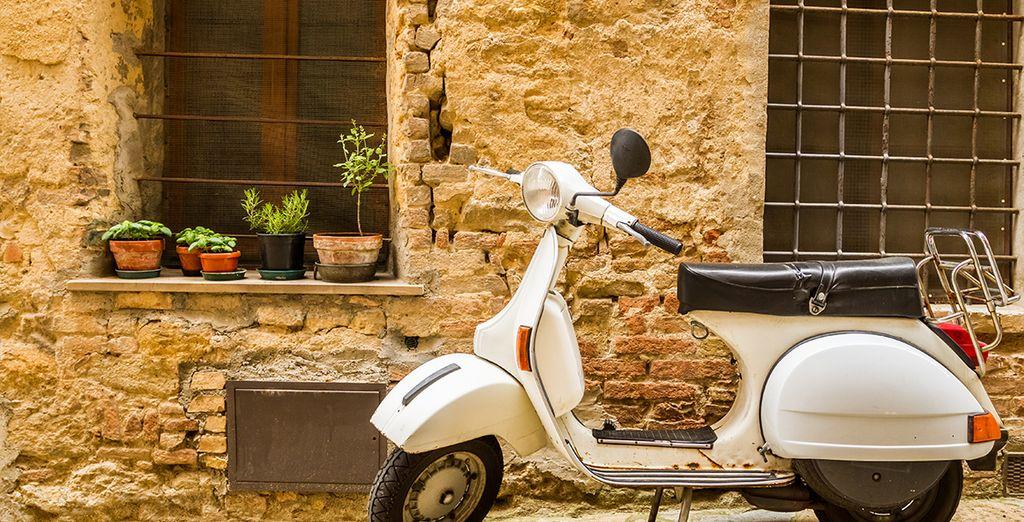 Louez une Vespa vintage et partez à la découverte de la ville comme un vrai romain... (N'oubliez surtout pas de klaxonner à tout va !)