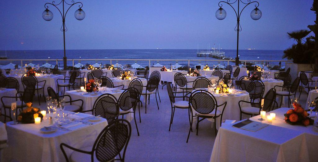 Dînez aux chandelles en savourant la vue sur la mer...