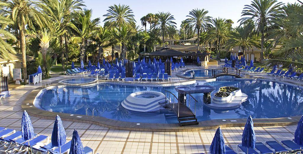 Détendez-vous au bord d'une des 4 piscines de l'hôtel