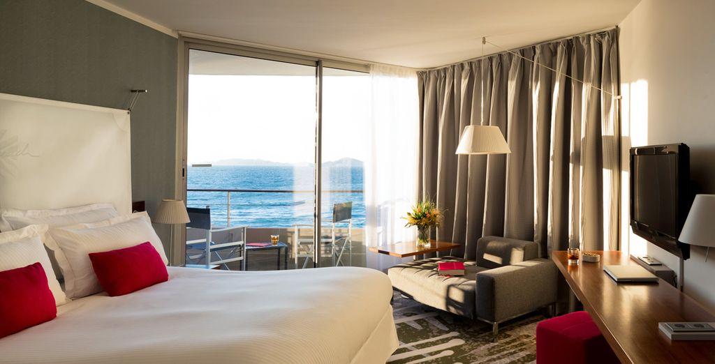 Vous séjournerez dans une chambre cosy avec superbe vue sur la mer...