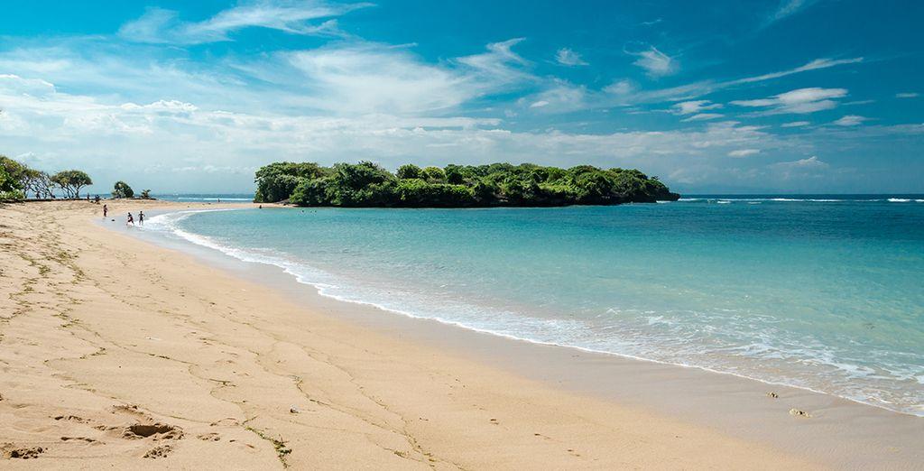 La longue plage de Nus Dua à Bali en Indonésie
