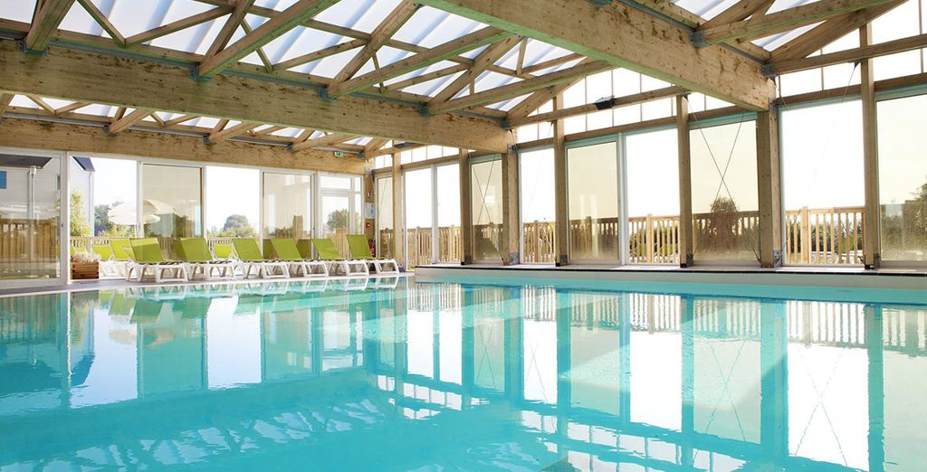 Accordez-vous une pause détente sur les bords de la piscine couverte chauffée
