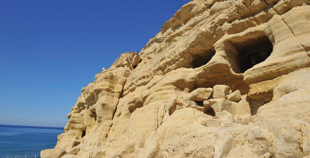Arpentez ses falaises percées de refuges troglodytes
