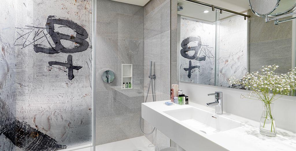 Avec une salle de bain lumineuse résolument avant-gardiste...