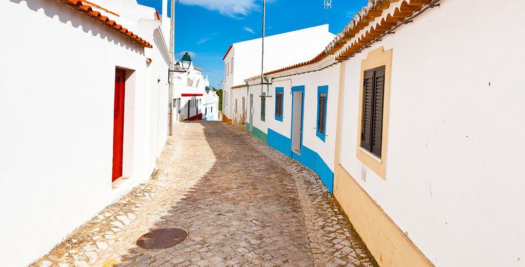 Et déambulez dans les rues d'Albufeira aux maisons blanches