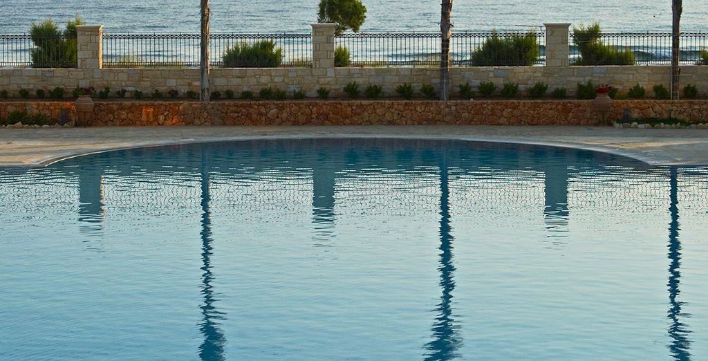 Un plongeon dans la piscine face à la mer...