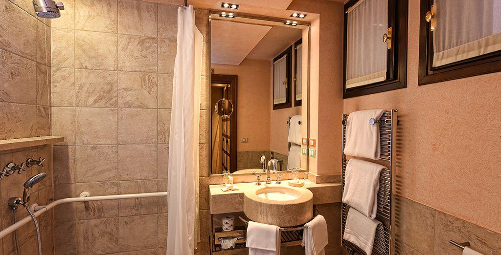 Et à la salle de bains parfaitement équipée