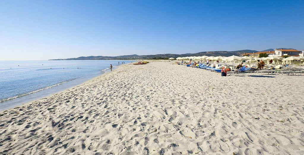 Afin de prendre le soleil sur le sable fin