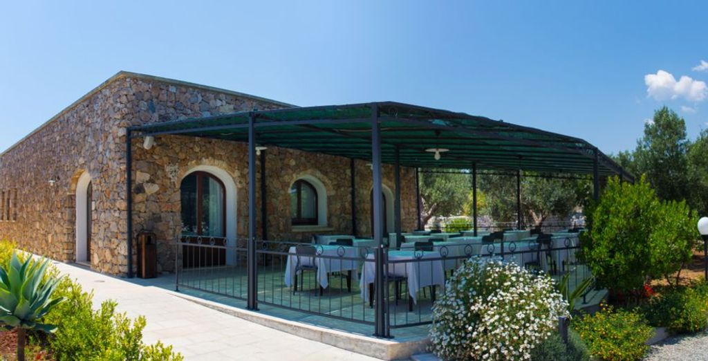 Attablez-vous à cette terrasse et dégustez un savoureux repas...