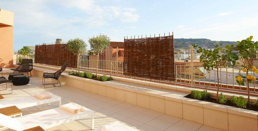 En profitant du soleil sur la terrasse
