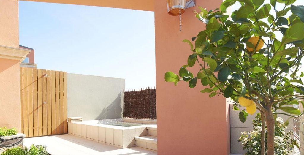 Avec une terrasse ensoleillée dédiée à la décontraction