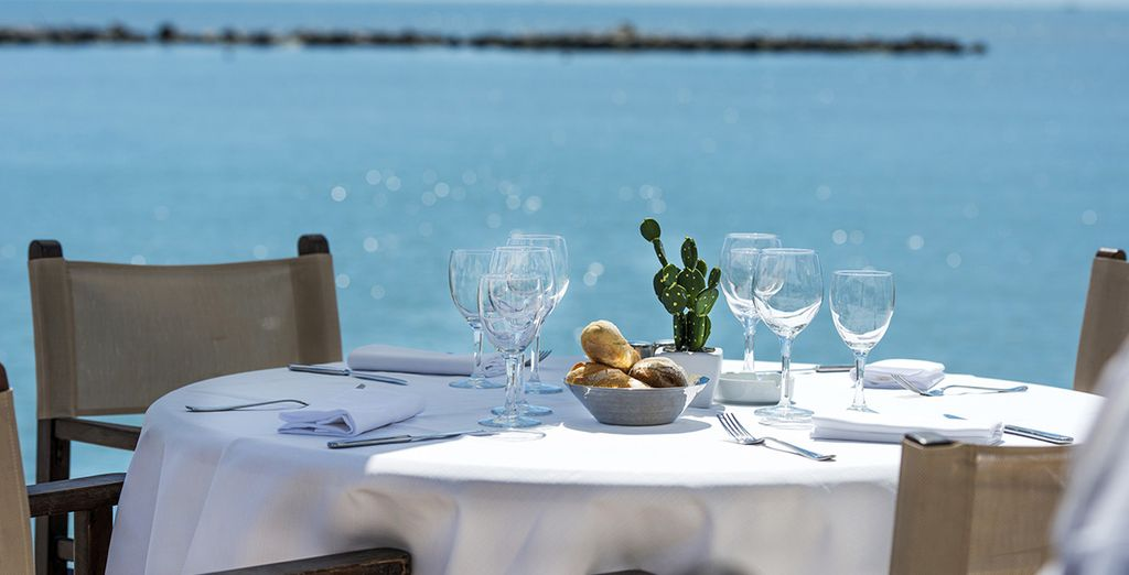 Prenez place à cette table face à la mer !