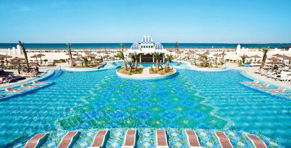 Son immense piscine avec l'océan en toile de fond...