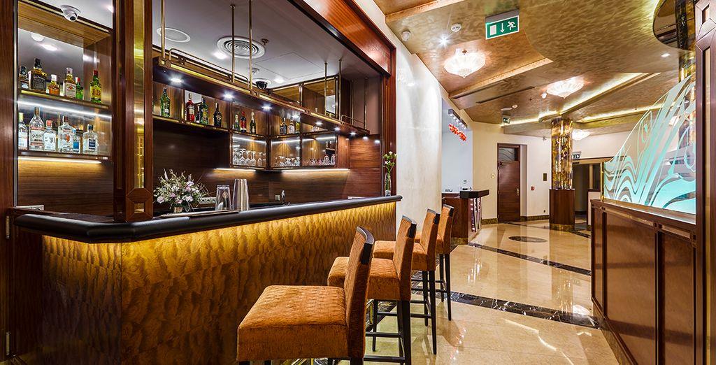 De retour à l'hôtel, profitez de l'ambiance cosy du bar.
