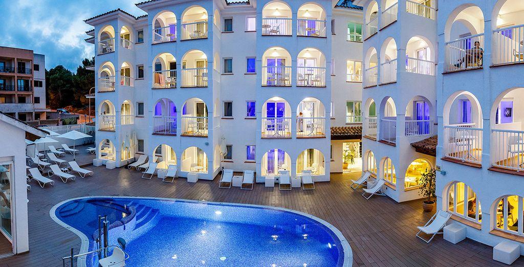 Installez-vous dans le cadre élégant de l'Hôtel Bahia Cala Ratjada 4*