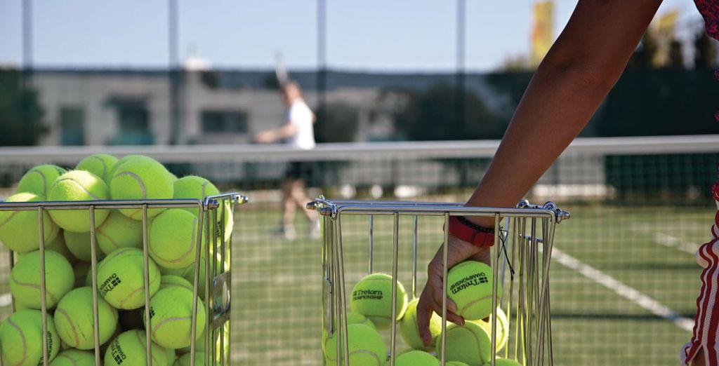 Et pour les plus sportifs, un court de tennis est à dispositon