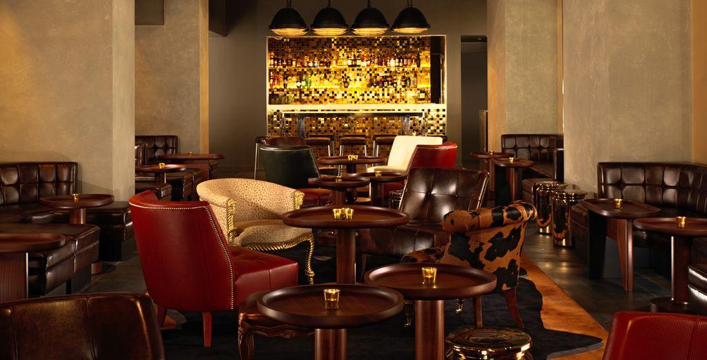 Le soir, le bar lounge vous accueille pour un cocktail et bien plus encore