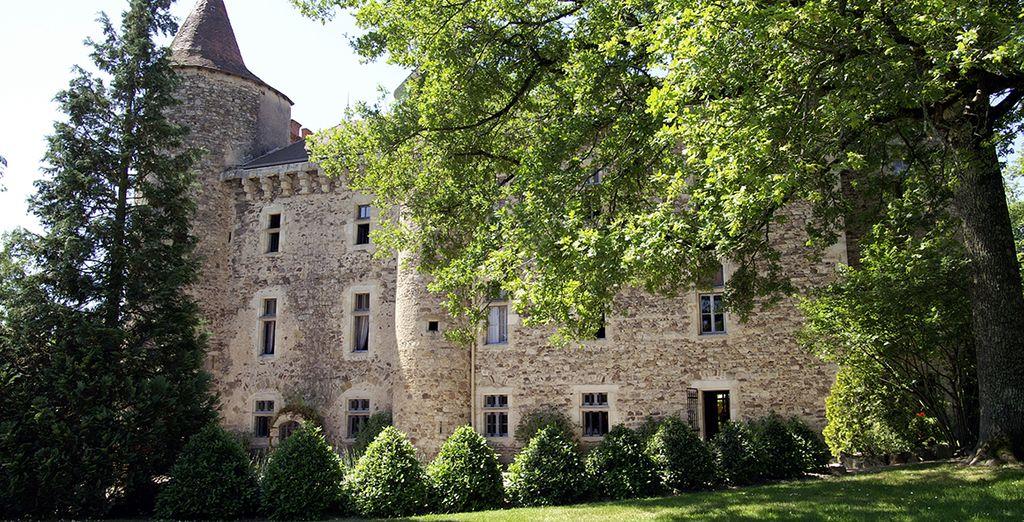 Bienvenue dans un château d'Auvergne en pleine nature