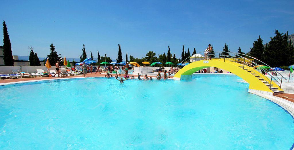 Plongez dans la grande piscine de l'hôtel...