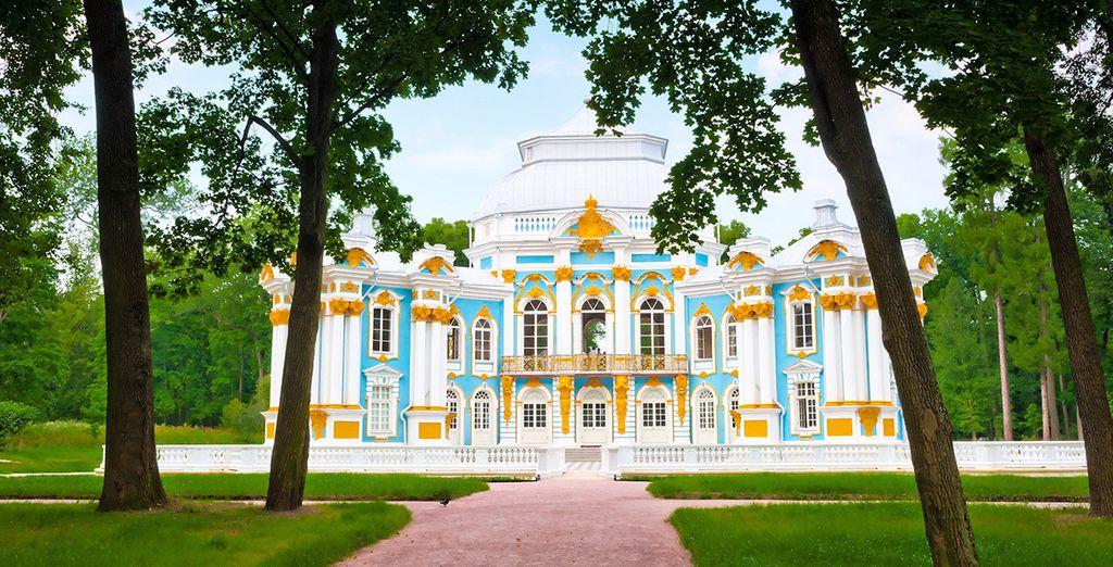 Appréciez le style baroque du Palais Pouchkine...