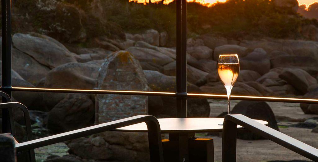 Au soleil couchant, dégustez une coupe de champagne face à la côte