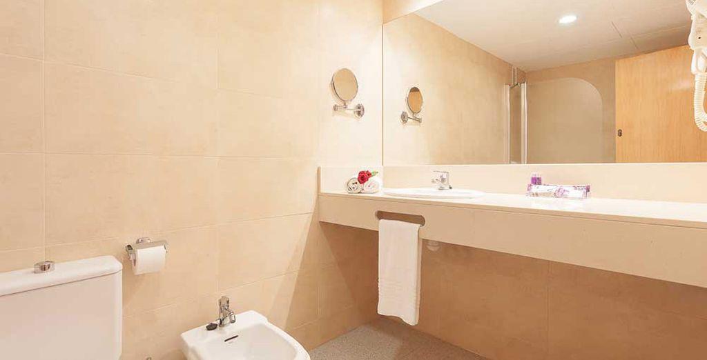 Disposant d'une salle de bain parfaitement équipée
